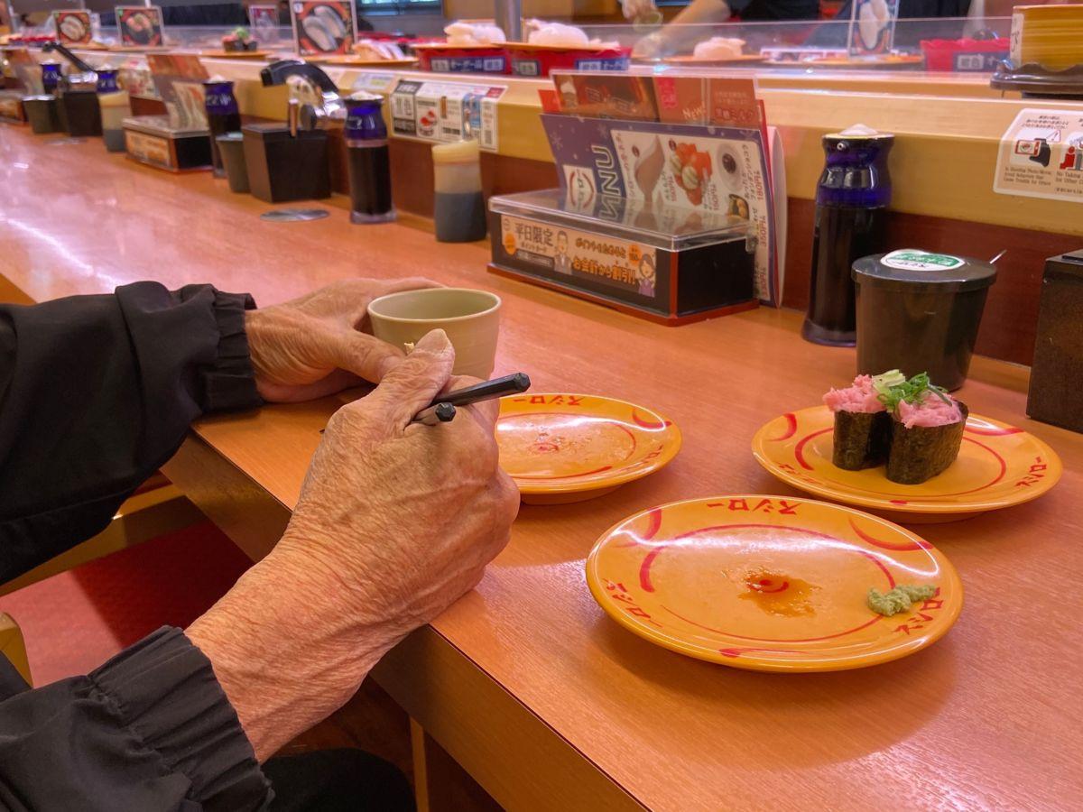 寿司を食べる父